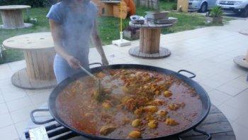 préparation d'une paella en poellon