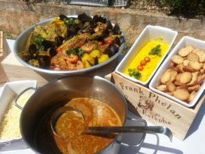 bouillabaisse dressée sur un plat circulaire assortiment de poisson de roches cuit dans la soupe de poisson dans une terrine la rouille aillé et une terrine avec des croutons dorés a l'ail